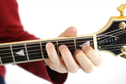 Finger position to perform E augmented chord (E+, Eaug)