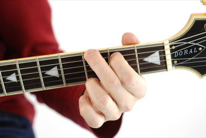 Finger position to perform G chord