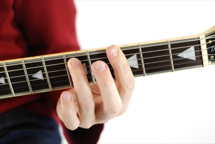 Finger position to perform G minor seventh chord (Gm7, G-7, Gmi7)